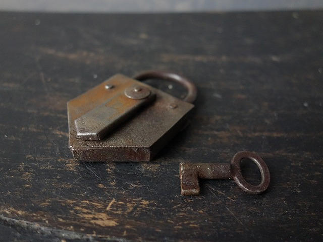 フランスビンテージ鉄のパドロック熊鍵